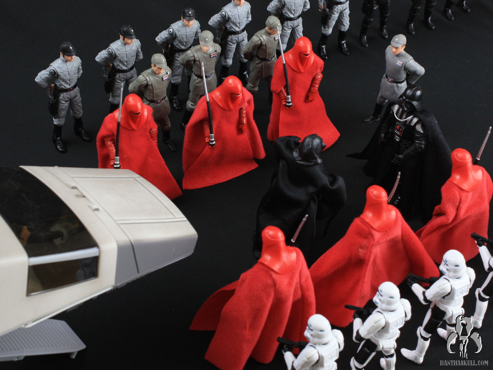 Review And Photo Gallery Star Wars Vintage Collection Vc105 Emperor S Royal Guard Vc105 2012